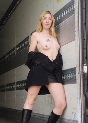 Моника Де Нантес показывает свою смелость, позируя обнаженной в разных общественных местах - фото 42
