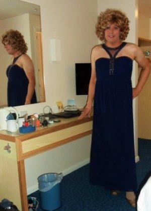 Зрелая женщина в элегантном платье лишь немного показывает эротики, но в основном стесняется - фото 7