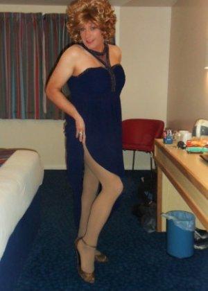 Зрелая женщина в элегантном платье лишь немного показывает эротики, но в основном стесняется - фото 16