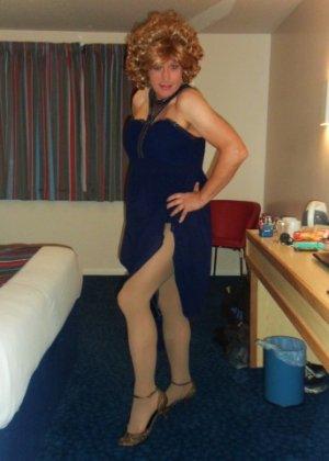 Зрелая женщина в элегантном платье лишь немного показывает эротики, но в основном стесняется - фото 8