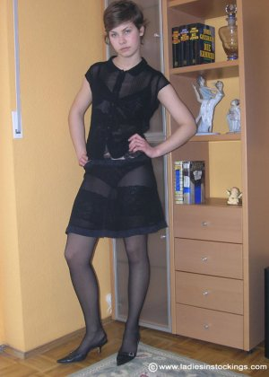 Немецкая студентка Шарлотта немного стесняется, но все же позирует в разной одежде и белье - фото 14