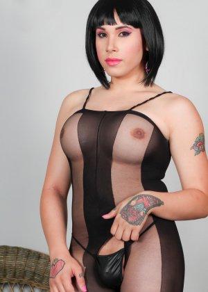 Сексуальная брюнетка показывает себя в эротичном костюме, а под ним оказывается большой сюрприз – мужской член - фото 3