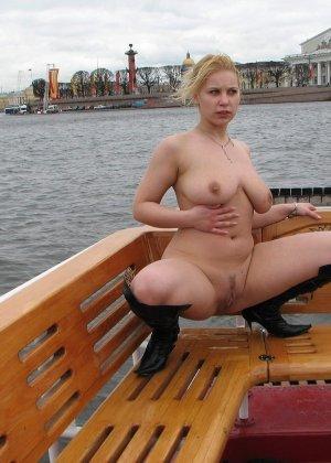 Девушка плавает на теплоходе в Санкт-Петербурге и при этом показывает полностью обнаженное тело - фото 58