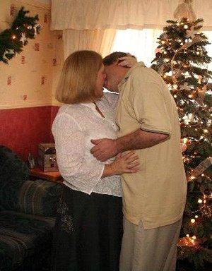 Зрелые парочки встречают Рождество и при этом не стесняются раздеваться перед камерами около елки - фото 27