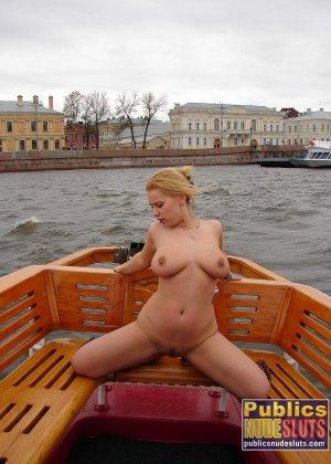 Девушка плавает на теплоходе в Санкт-Петербурге и при этом показывает полностью обнаженное тело - фото 16