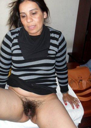 Мексиканская зрелая женщина демонстративно показывает свою волосатую пизду – она совсем не бреется - фото 7
