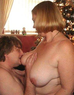 Зрелые парочки встречают Рождество и при этом не стесняются раздеваться перед камерами около елки - фото 29