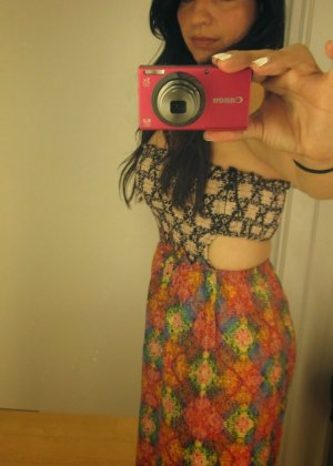 Девушка с экзотической внешностью делает селфи, на которых она меняет разные платья и не только - фото 3