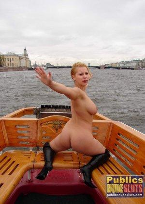 Девушка плавает на теплоходе в Санкт-Петербурге и при этом показывает полностью обнаженное тело - фото 4