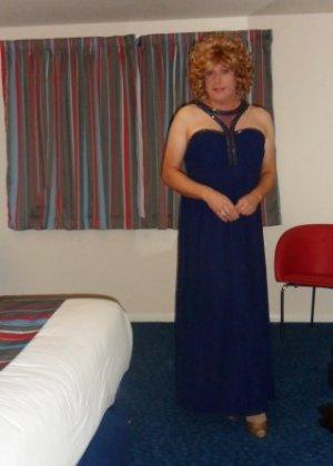Зрелая женщина в элегантном платье лишь немного показывает эротики, но в основном стесняется - фото 10