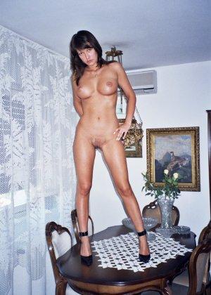 Сексуальная брюнетка Майя показывает стройное тело, принимая самые откровенные позы - фото 49