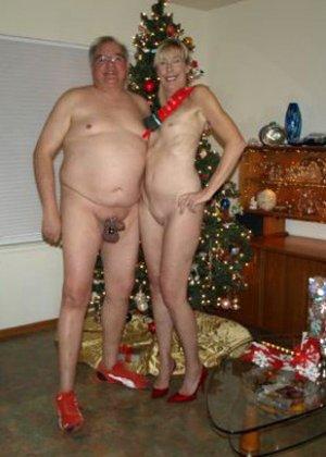 Зрелые парочки встречают Рождество и при этом не стесняются раздеваться перед камерами около елки - фото 23