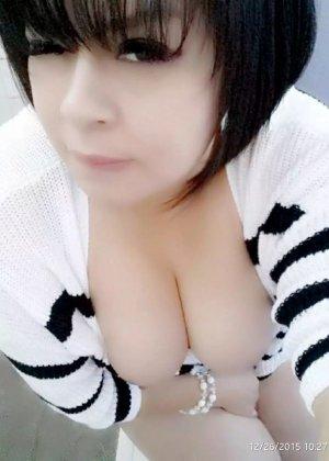 Девушка с эффектным бюстом поражает всех и против ее бурного темперамента невозможно устоять - фото 10