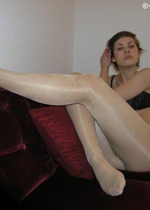 Немецкая студентка Шарлотта немного стесняется, но все же позирует в разной одежде и белье - фото 48