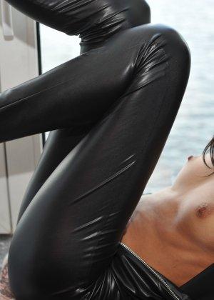 Сексуальная русская кошечка хоть и не обладает грудью, но всё же очень привлекательно выглядит - фото 32