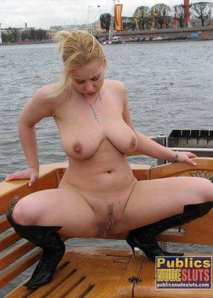 Девушка плавает на теплоходе в Санкт-Петербурге и при этом показывает полностью обнаженное тело - фото 56
