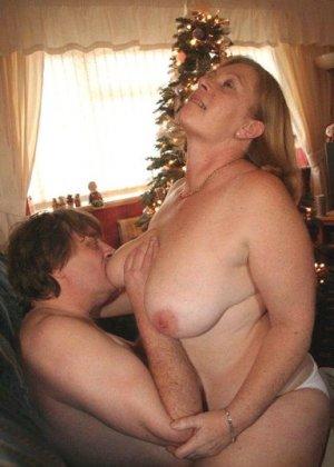 Зрелые парочки встречают Рождество и при этом не стесняются раздеваться перед камерами около елки - фото 28