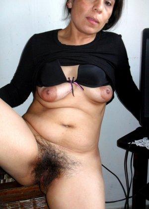 Зрелая женщина без стеснения показывает свою густо волосатую пизду – она против бритья, ей нравится естественность - фото 21
