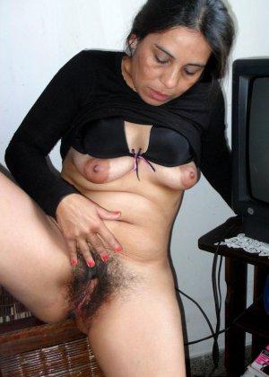 Зрелая женщина без стеснения показывает свою густо волосатую пизду – она против бритья, ей нравится естественность - фото 22