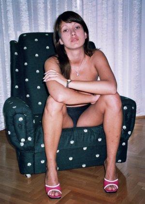 Сексуальная брюнетка Майя показывает стройное тело, принимая самые откровенные позы - фото 41