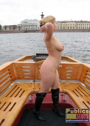 Девушка плавает на теплоходе в Санкт-Петербурге и при этом показывает полностью обнаженное тело - фото 65