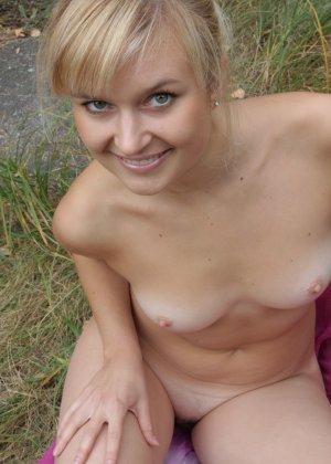 Милая блондинка позирует прямо на природе и не стесняется – ее фигурке можно только позавидовать - фото 34