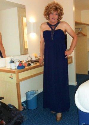 Зрелая женщина в элегантном платье лишь немного показывает эротики, но в основном стесняется - фото 5