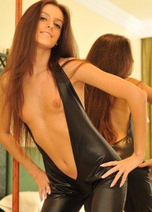 Сексуальная русская кошечка хоть и не обладает грудью, но всё же очень привлекательно выглядит - фото 5
