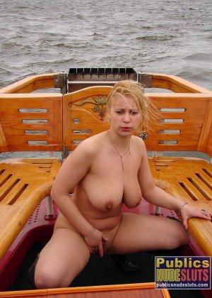 Девушка плавает на теплоходе в Санкт-Петербурге и при этом показывает полностью обнаженное тело - фото 34