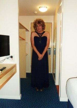 Зрелая женщина в элегантном платье лишь немного показывает эротики, но в основном стесняется - фото 17