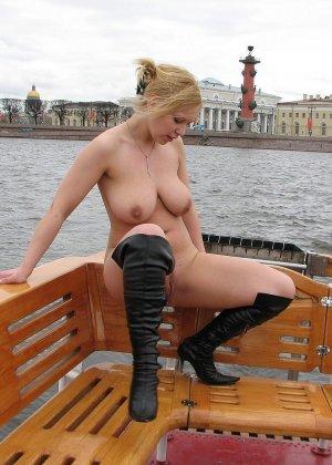 Девушка плавает на теплоходе в Санкт-Петербурге и при этом показывает полностью обнаженное тело - фото 63