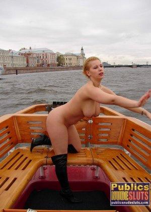 Девушка плавает на теплоходе в Санкт-Петербурге и при этом показывает полностью обнаженное тело - фото 7