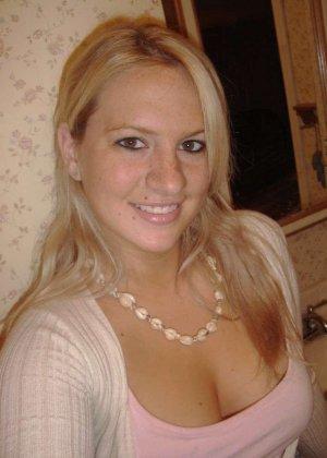Шальная блондинка любит веселиться и показывать своё тело без одежды, ничего не стесняясь - фото 2