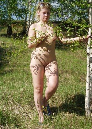 У раскованной блондинки предостаточно фотографий, на которых она показывает всем свое тело - фото 43