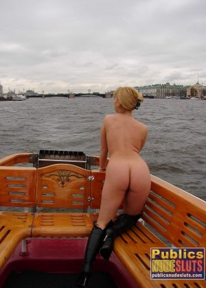 Девушка плавает на теплоходе в Санкт-Петербурге и при этом показывает полностью обнаженное тело - фото 3