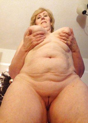Жирная зрелая женщина показывает свое пышное тело всем желающим – кому-то может понравиться и такое - фото 27
