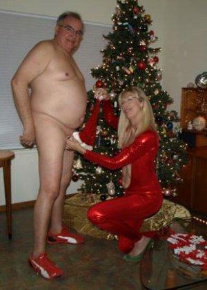 Зрелые парочки встречают Рождество и при этом не стесняются раздеваться перед камерами около елки - фото 20