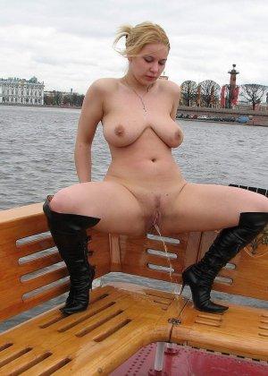 Девушка плавает на теплоходе в Санкт-Петербурге и при этом показывает полностью обнаженное тело - фото 47