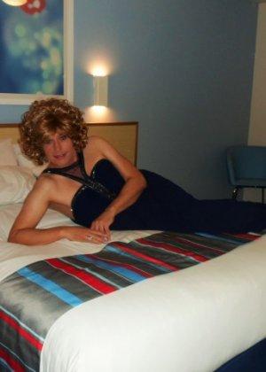 Зрелая женщина в элегантном платье лишь немного показывает эротики, но в основном стесняется - фото 23