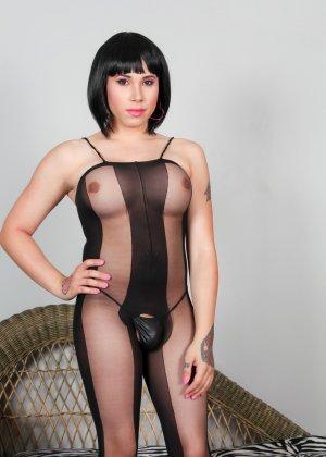 Сексуальная брюнетка показывает себя в эротичном костюме, а под ним оказывается большой сюрприз – мужской член - фото 2