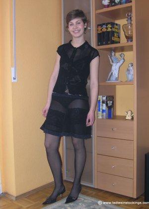 Немецкая студентка Шарлотта немного стесняется, но все же позирует в разной одежде и белье - фото 13