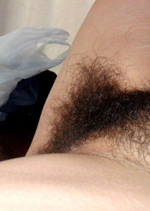 Зрелая женщина без стеснения показывает свою густо волосатую пизду – она против бритья, ей нравится естественность - фото 26
