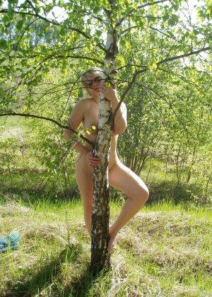 У раскованной блондинки предостаточно фотографий, на которых она показывает всем свое тело - фото 44