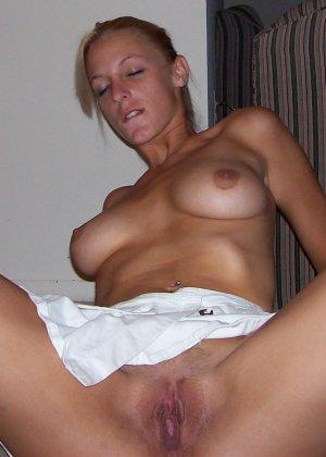 Смелая блондинка позирует в разных ракурсах и даже разрешает снимать себя во время секса - фото 17