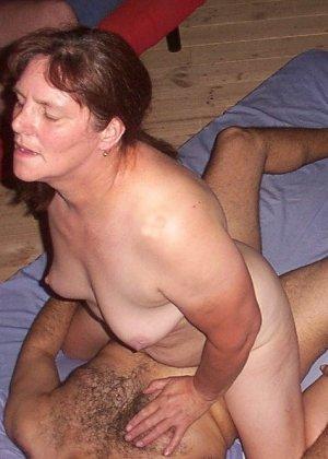 Зрелая парочка решает снять домашнее порно – они меняют разные позы и забывают о стеснении - фото 39