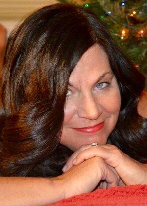Раскованные женщины примеряют новогодние наряды и показывают себя в них, постепенно обнажаясь - фото 18