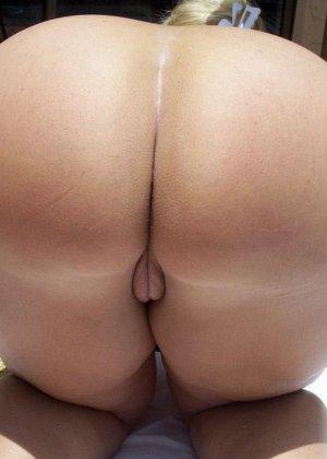 Женщина с большой задницей очень любит демонстрировать свою пятую точку перед камерой - фото 10