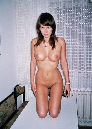 Сексуальная брюнетка Майя показывает стройное тело, принимая самые откровенные позы - фото 25