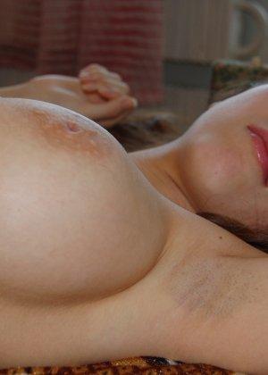 Красивая девушка с большими буферами предпочитает не бриться и показывает свою пизденку - фото 30