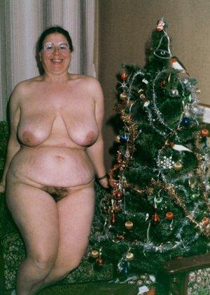 Зрелые пышечки встречают Новый год и упускают возможности показать себя без одежды перед всеми - фото 9
